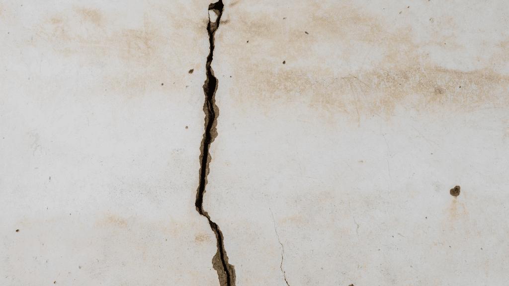 Vertical crack on concrete block